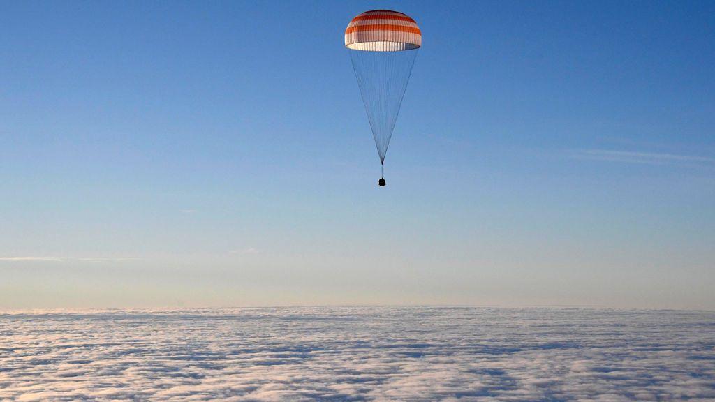 La cápsula Soyuz MS-06 a punto de aterrizar en un área remota a las afueras de la ciudad de Dzhezkazgan en Kazajstán