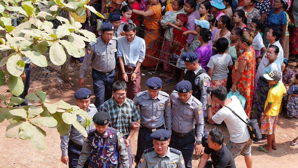 Wa Lone y Kyaw Soe Oo , los periodistas de Reuters  que están detenidos en Birmania, son escoltados por la policía después de una audiencia judicial en Yangon