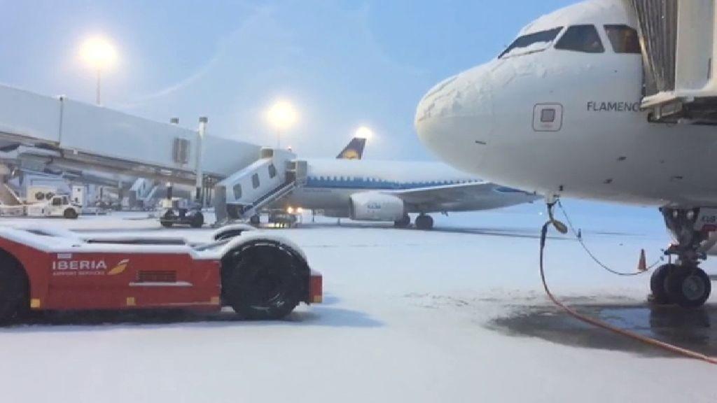 El temporal de nieve obliga a cerrar el aeropuerto de Bilbao