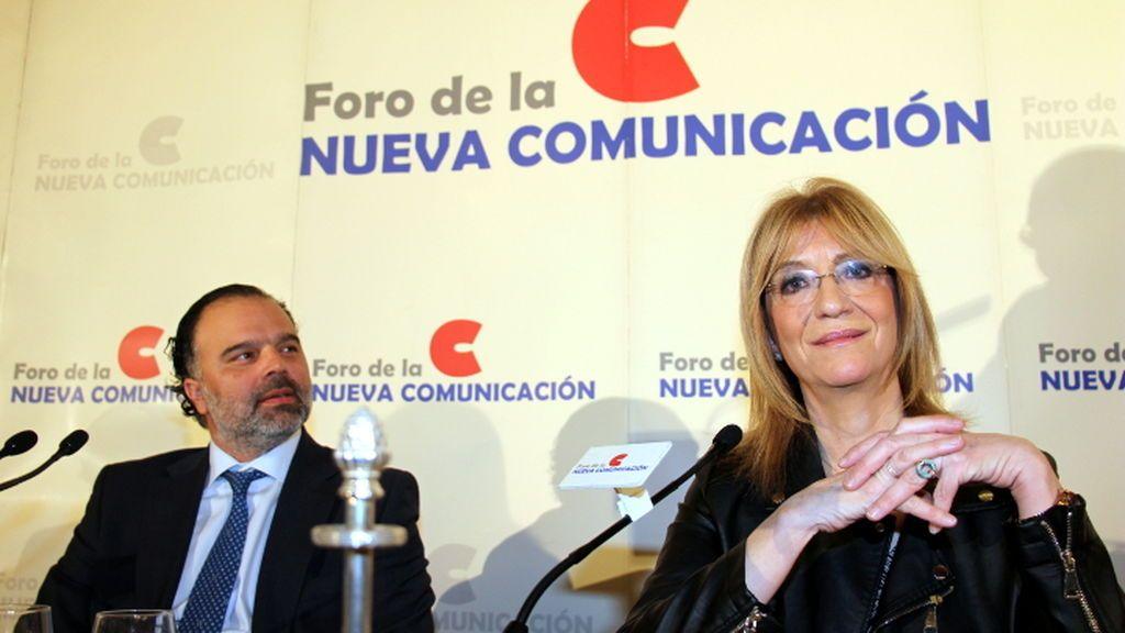 Fernando de Yarza, presidente de Henneo, y Encarna Samitier, directora de '20 minutos', en el Foro de la Nueva Comunicación.