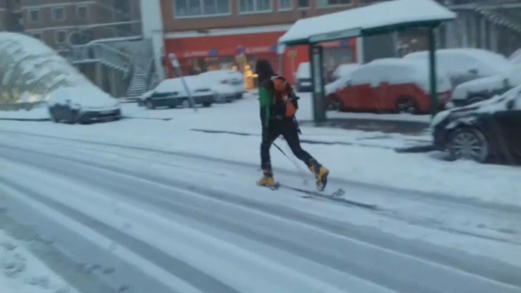 La nieve permite esquiar en pleno Bilbao