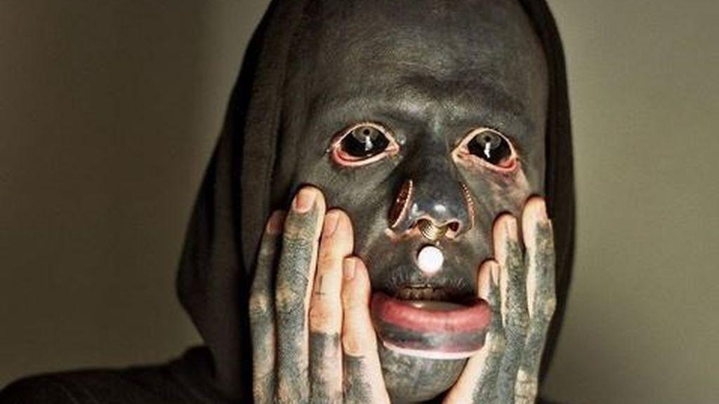 Un tatuador cubre todo su cuerpo de negro inspirado en Picasso