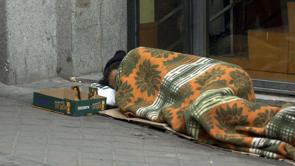 Dejan ropa de abrigo en la calle para que la utilicen las personas sin hogar