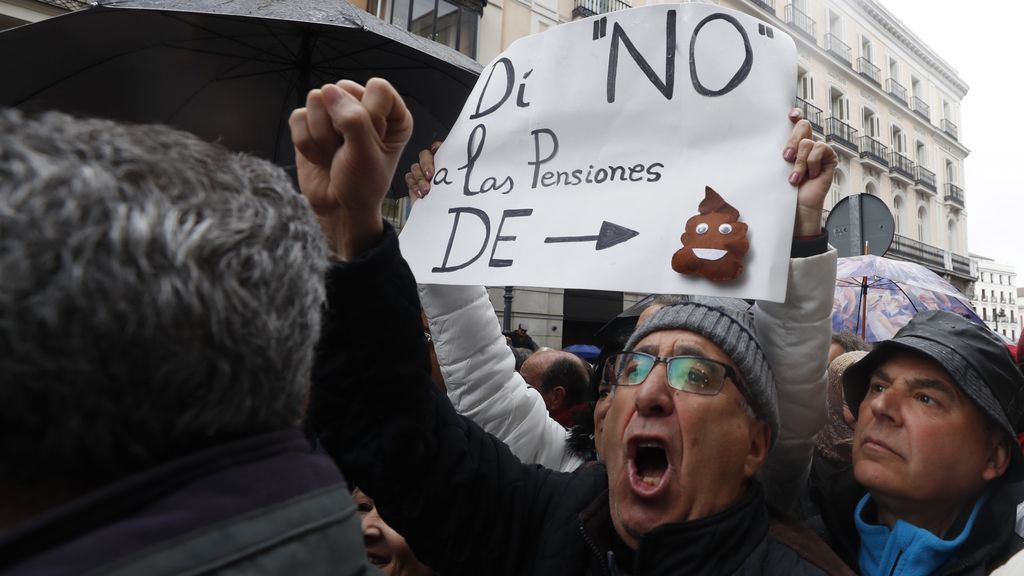 Pensionistas hacen frente a la lluvia y se manifiestan en Hacienda para protestar por la subida del 0,25%