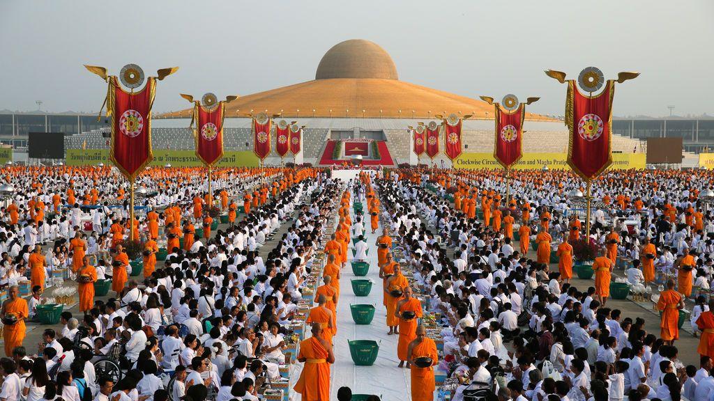 Monjes budistas participan en una ceremonia de ofrenda de limosnas el día de Makha Bucha en el templo Wat Phra Dhammakaya en Pathum Thani (Tailandia)