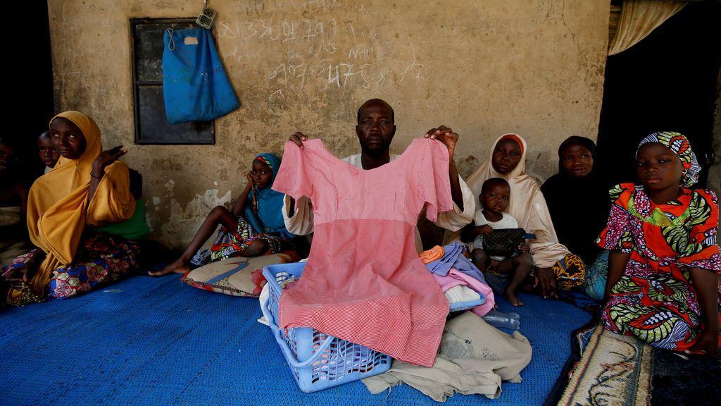 Kachalla Bukar, padre de una de las estudiantes desaparecidas en Nigeria, sostiene un vestido de su hija en Dapchi, en el estado nororiental de Yobe, Nigeria