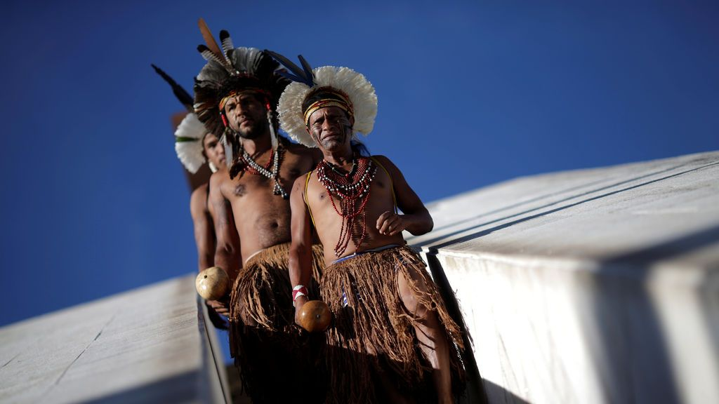 Indígenas de la tribu Pataxo esperan un juicio, según informan los medios locales, en Brasilia (Brasil)