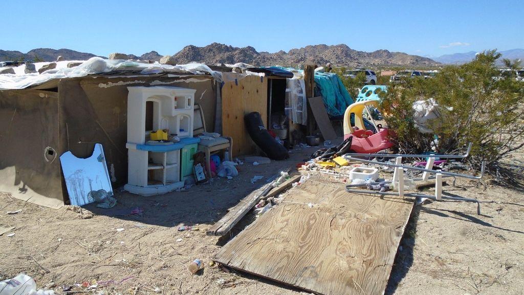 Detenidos tras encontrar a sus tres hijos viviendo en una caja de madera