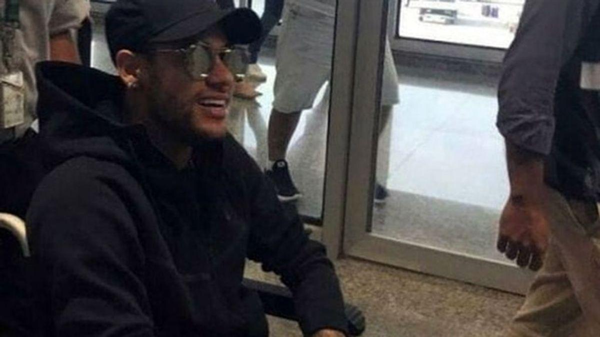 Avión privado, un hospital cerrado para él y un viaje para sus amigos: así será la operación de Neymar en Brasil