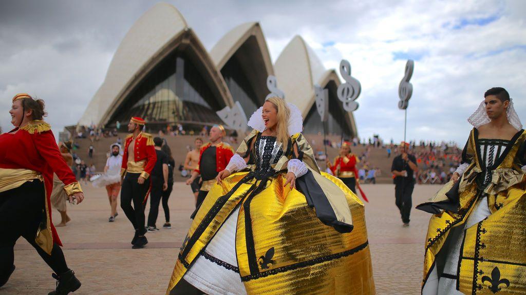 Miembros de la Ópera de Sídney participan en un ensayo general en el centro de Sydney, Australia