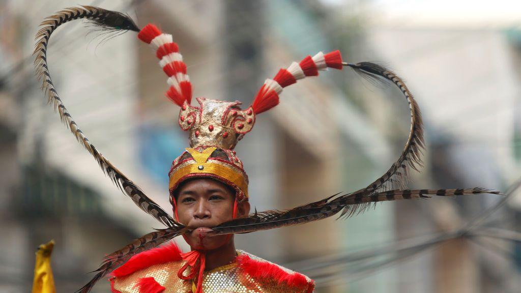Un participante en Hei Neak Ta, o procesión de los espíritus, que marca el final de las celebraciones del Año Nuevo chino, en Phnom Penh (Camboya)
