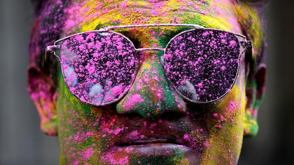 Un hombre manchado de polvos de colores durante las celebraciones de Holi en Calcuta (India)