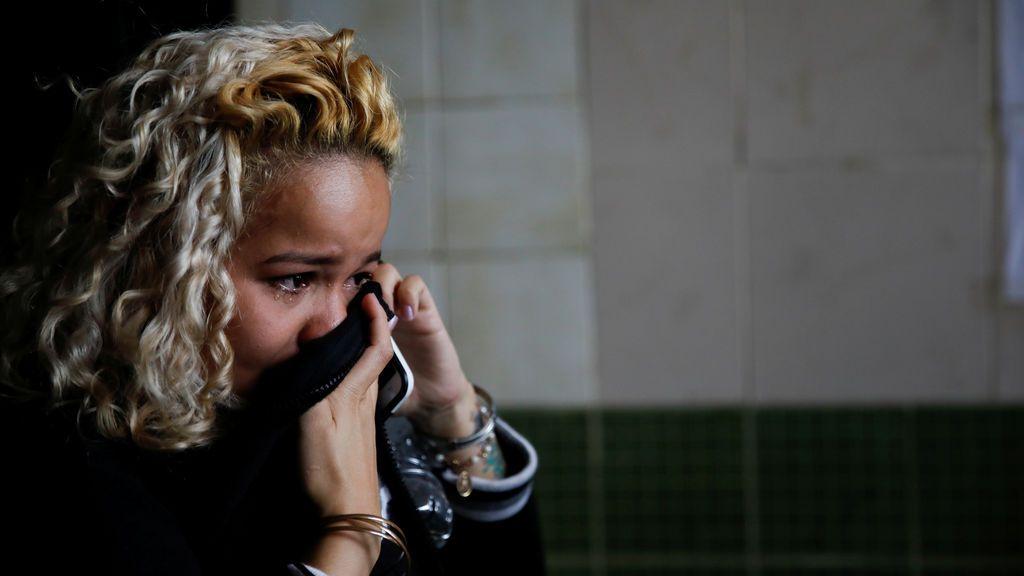 Una mujer llora mientras habla por teléfono antes de abordar un autobús para viajar de Caracas a Guayaquil, en la estación de autobuses de Rutas de América en Caracas, Venezuela