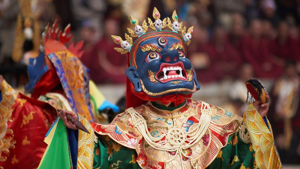 Monjes tibetanos realizan una danza durante la celebración del festival del Año Nuevo tibetano en el condado de Zhuoni (China)
