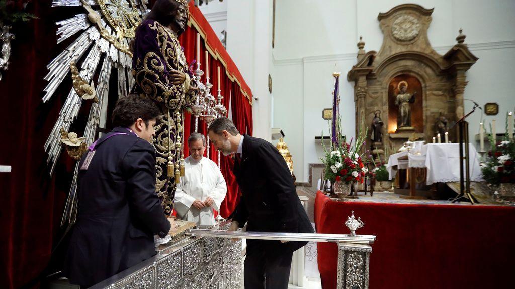 El Rey cumple con la tradición de la Familia Real de venerar al Cristo de Medinaceli entre aplausos y vítores