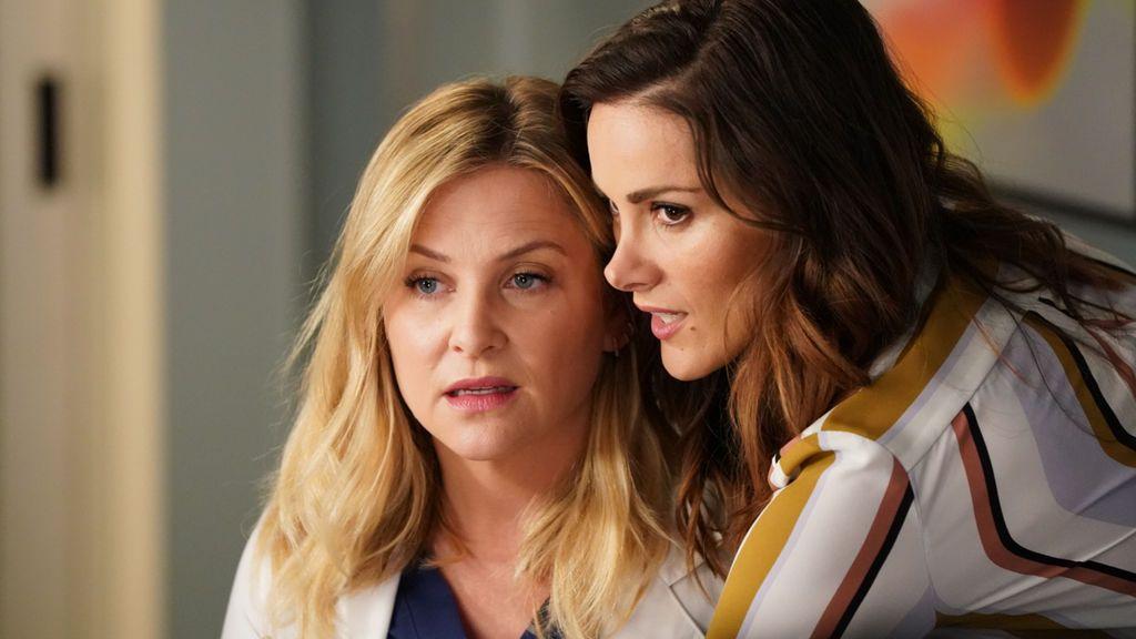 Las actrices Jessica Capshaw (Arizona Robbins) y Stefania Spampinato (Carina DeLuca), en la 14ª temporada de 'Anatomía de Grey'.