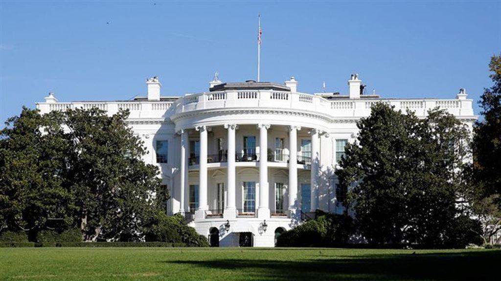 Un individuo se dispara con un arma junto a la Casa Blanca
