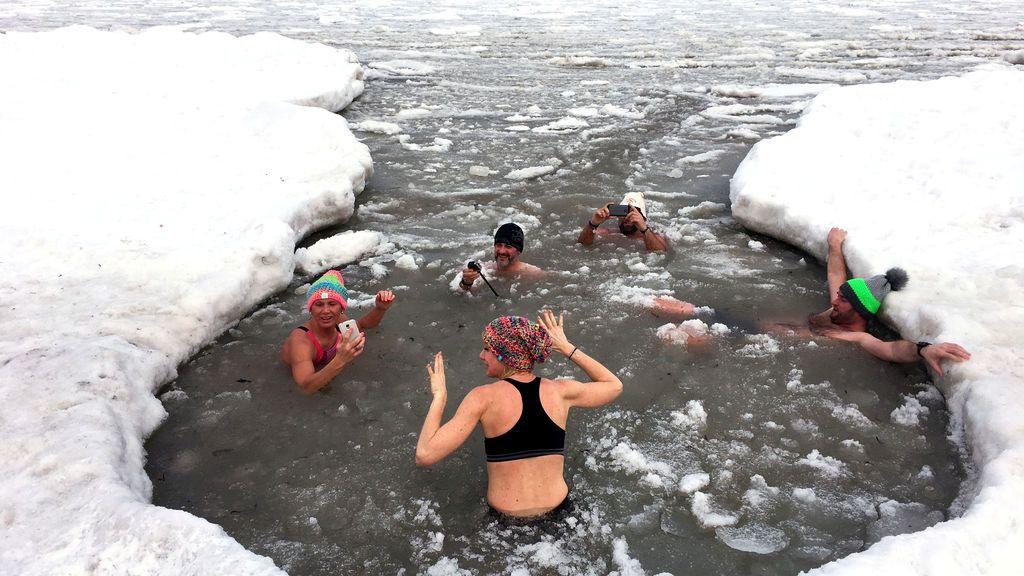 En plena ola de frío en Polonia, con temperaturas de hasta -22ºC, varias personas se dan un baño en el mar Báltico