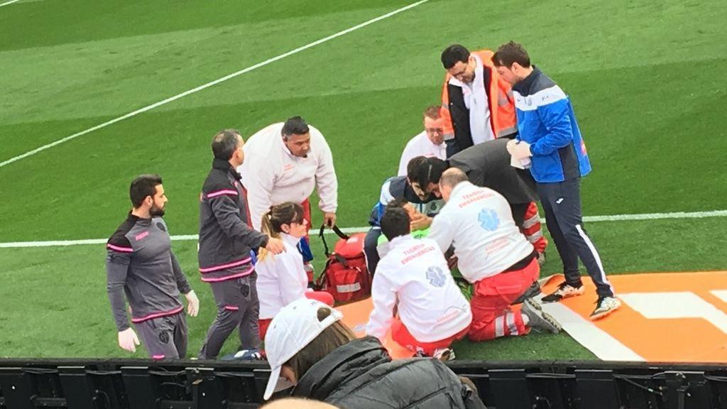 Diego López da el susto de la jornada y es trasladado al hospital tras un duro golpe en la cabeza