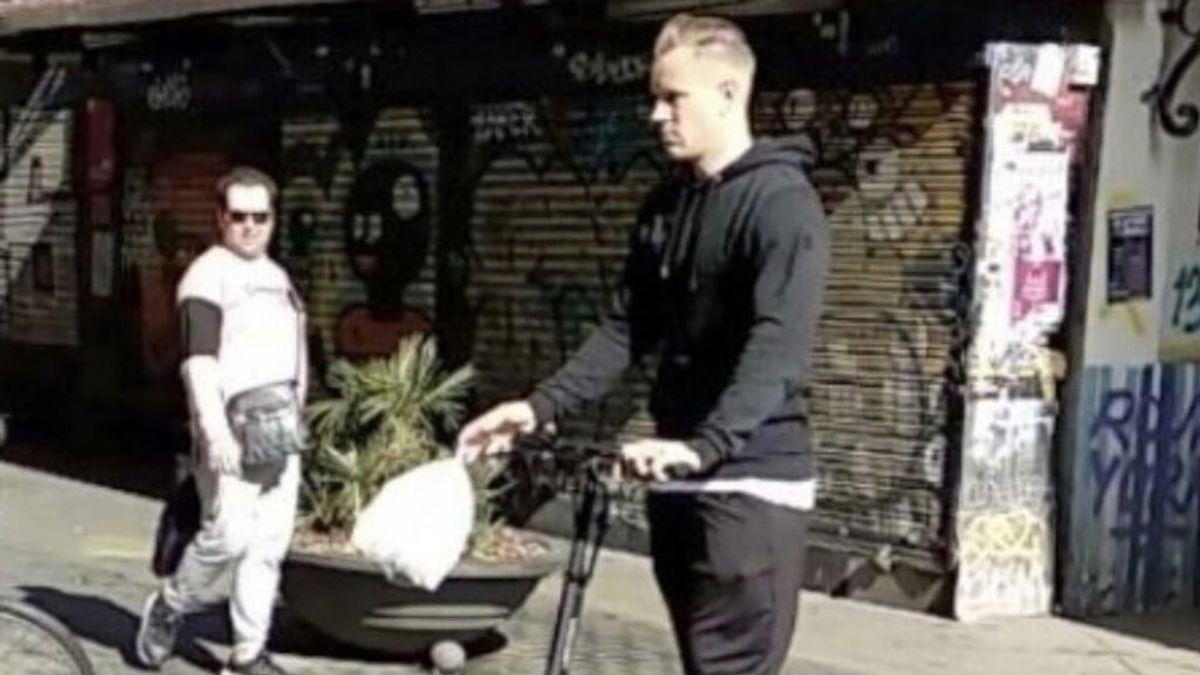 Ter Stegen, de compras por las calles de Barcelona... ¡en su patinete eléctrico!