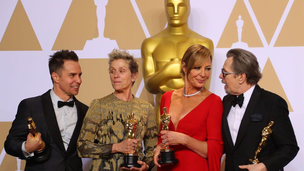 Sam Rockwell, Oscar a mejor actor secundario, Frances McDormand, Oscar a mejor actriz protagonista, Allison Janney, Oscar a mejor actriz secundaria, y Gary Oldman, Oscar a mejor actor protagonista, posan con los galardones entre bastidores