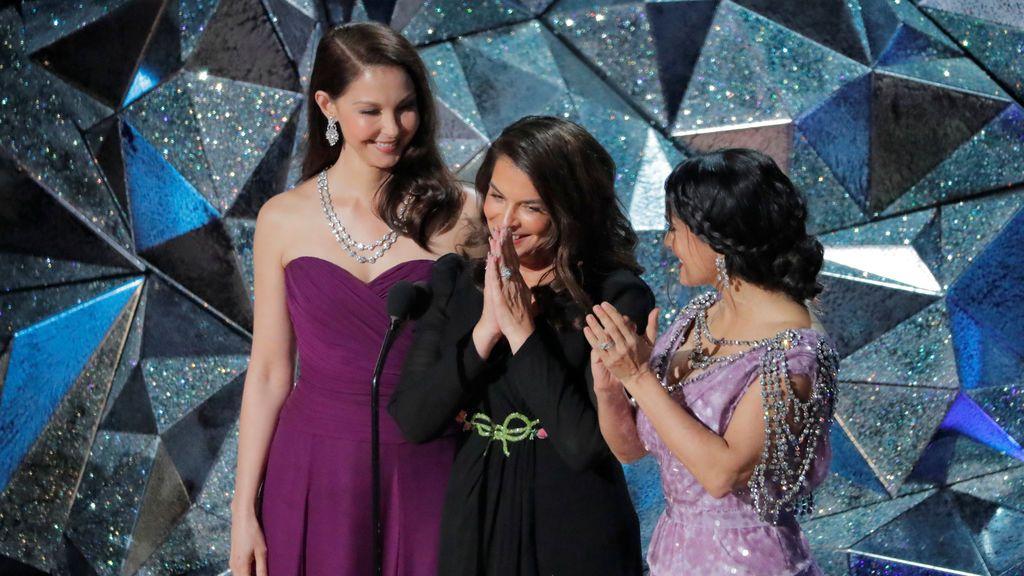 Salma Hayek, Ashley Judd yAnnabella Sciorrapronuncian un breve discurso apoyando el movimiento 'Time's up'