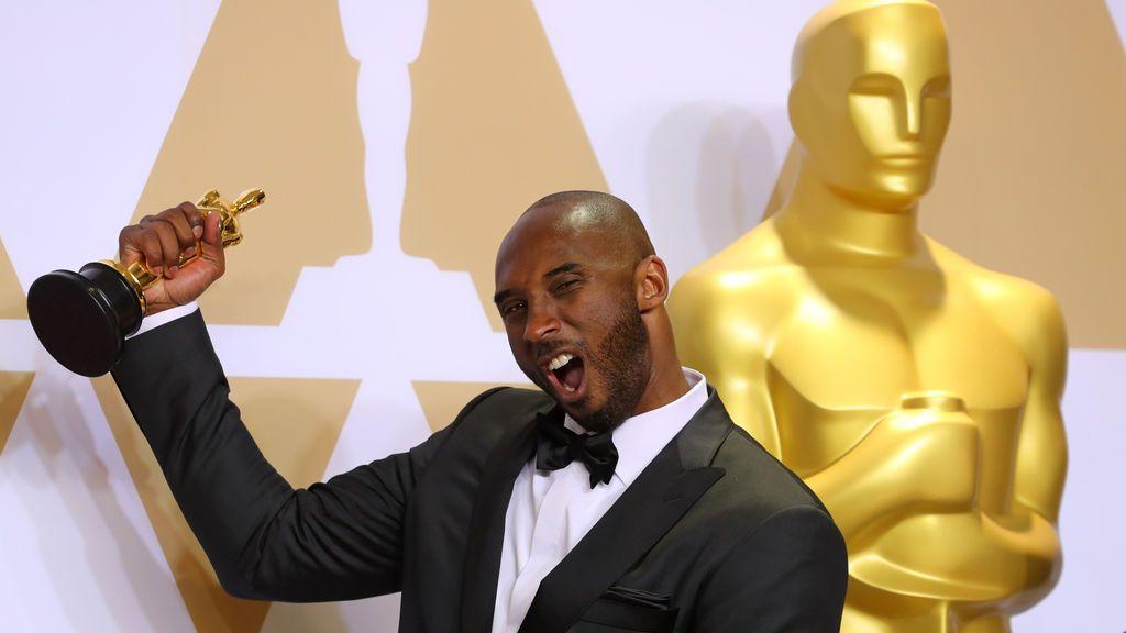 Kobe Bryant posa con el Oscar al Mejor Corto de Animación por 'Dear Basketball'