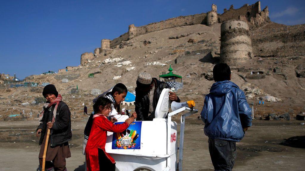 Niños comprando helados en un puesto ambulante de Kabul (Afganistán)