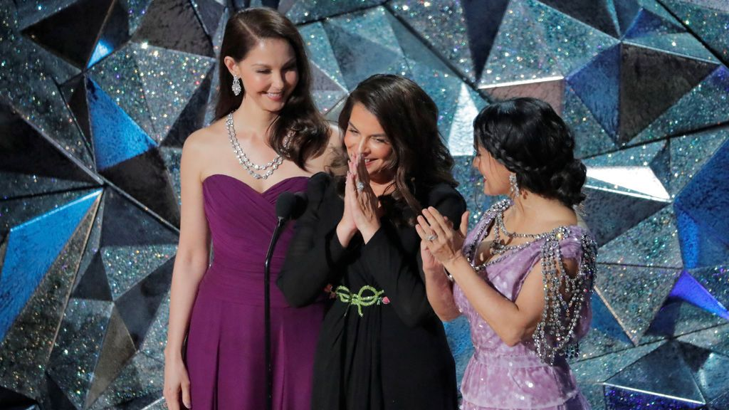 Salma Hayek, Ashley Judd y Annabella Sciorra pronuncian un breve discurso apoyando el movimiento 'Time's up',