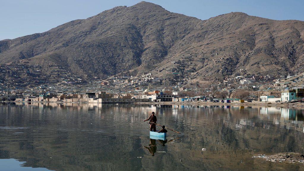 Dos hombres reman en una balsa en un lago en Kabul (Afganistán)