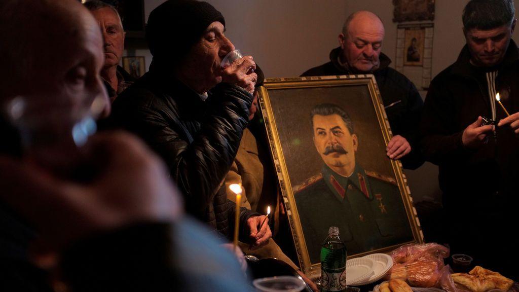 La gente bebe vino durante una reunión para conmemorar el aniversario de la muerte del líder soviético Joseph Stalin en su ciudad natal de Gori, Georgia