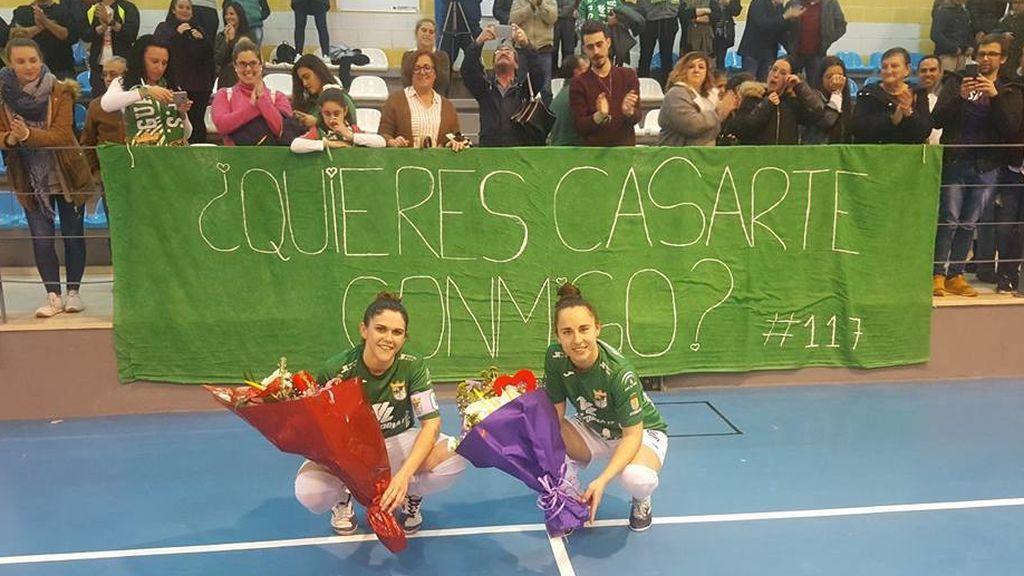 Emotiva pedida de mano al término de un partido entre dos jugadoras del Guadalcacín