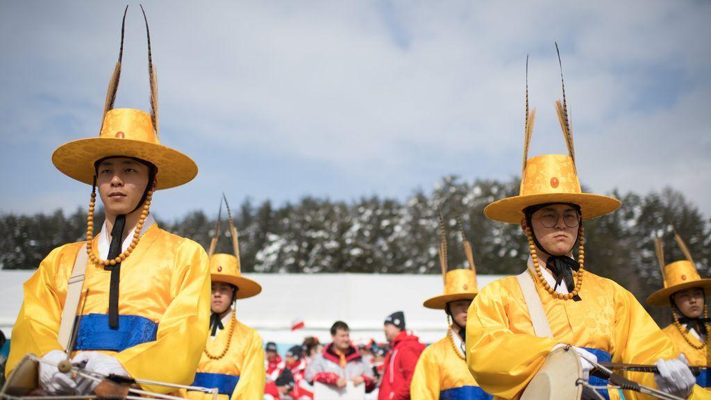 Músicos coreanos durante la ceremonia de bienvenida del equipo de Polonia para los Juegos Paralímpicos de Invierno, en PyeongChang, Corea del Sur