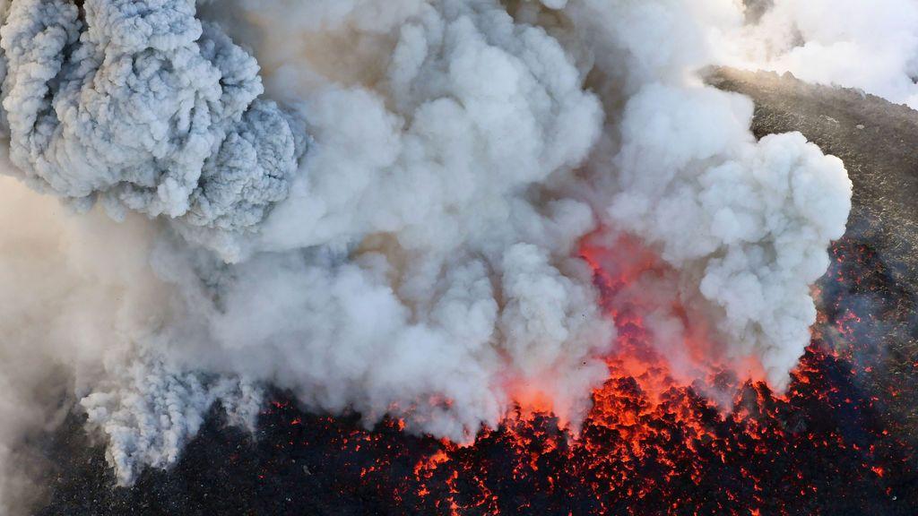 Una vista aérea muestra el pico de Shinmoedake en erupción entre Miyazaki y Kagoshima, al suroeste de Japón