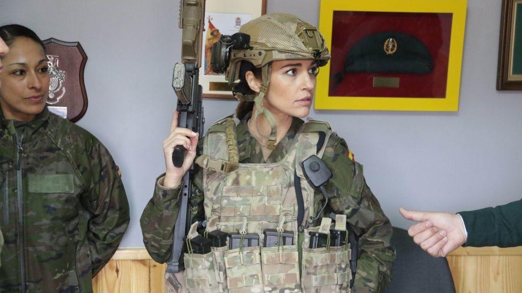 ¡Momentazo! Paula Echevarría se pone el traje de militar para el rodaje de 'Los Nuestros'