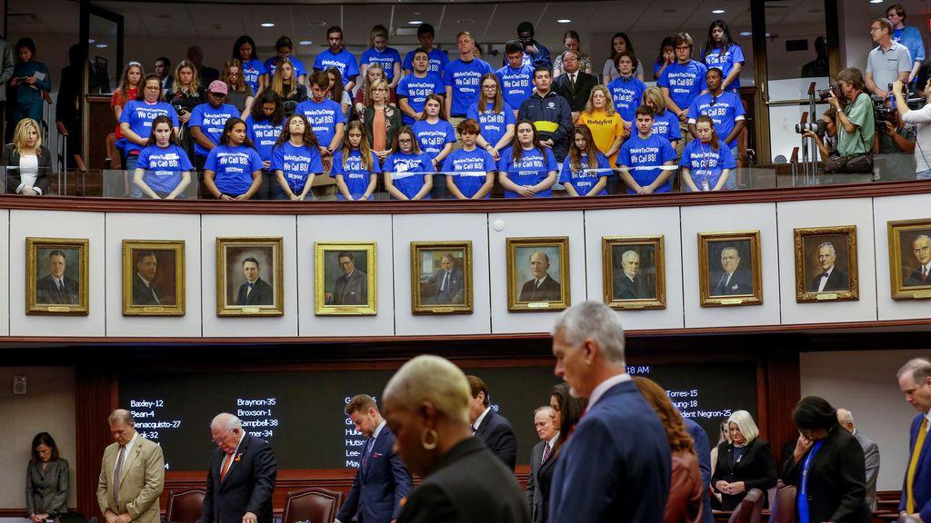 El Senado de Florida eleva a 21 la edad mínima para comprar rifles y limita la ley para armar a profesores