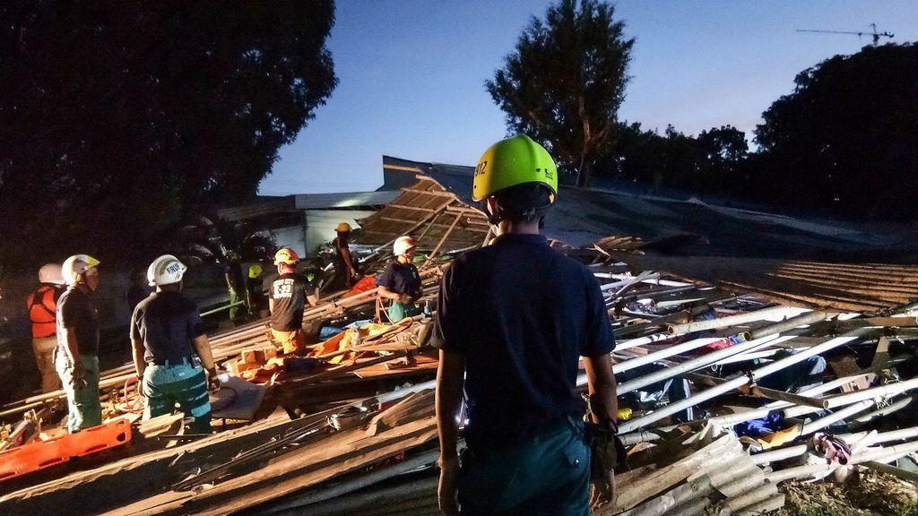 Personal de rescate ayuda a los heridos después de que un edificio de viviendas se derrumbara en Cebu, Filipinas
