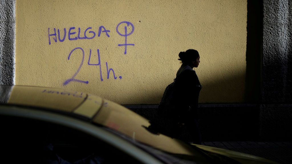 Una mujer pasa frente a un graffiti de la huelga feminista del 8 de marzo en Bilbao