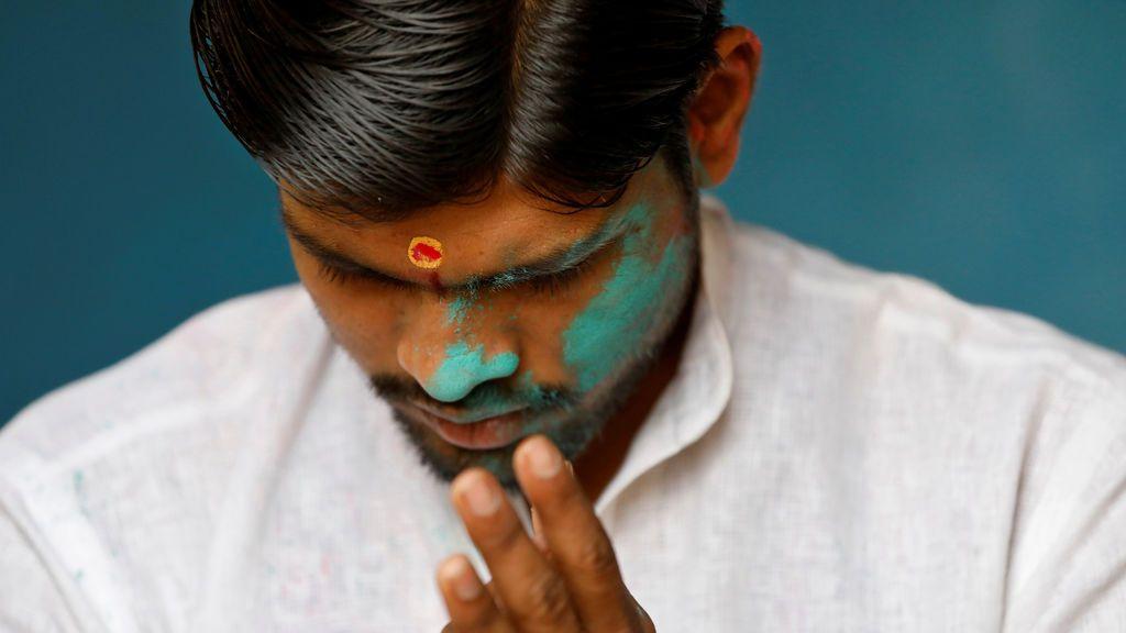 Un sacerdote orando en las orillas del río Yamuna en Nueva Delhi, India