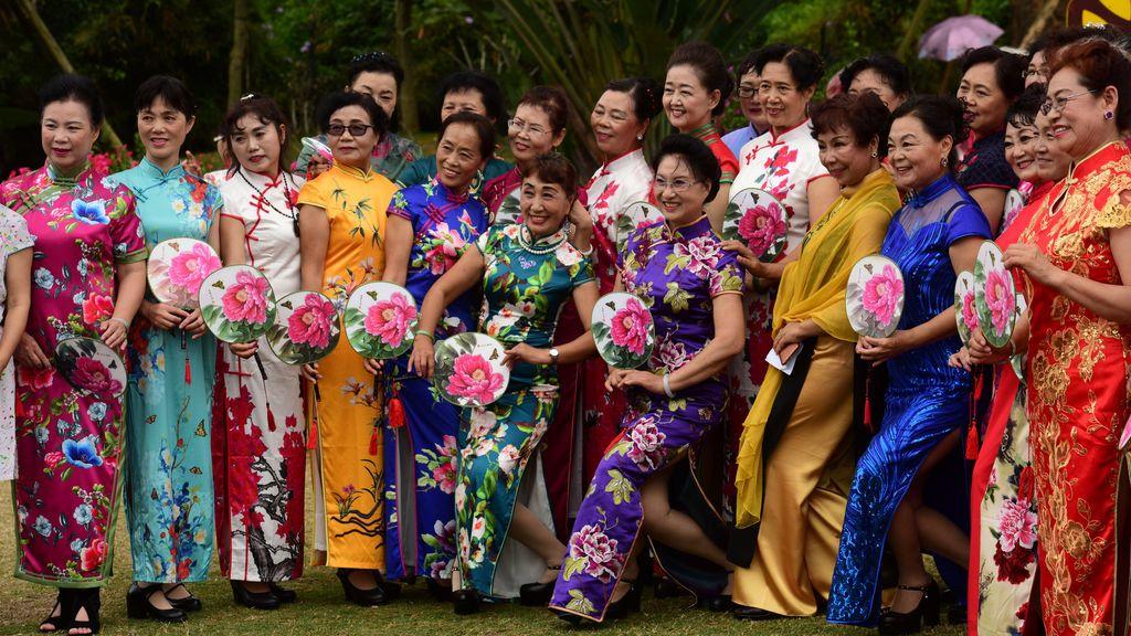 Varias mujeres posan antes del Día Internacional de la Mujer en Qionghai, en China