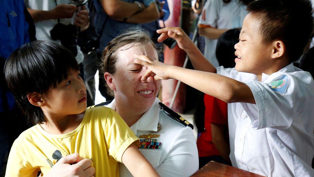Una oficial de la Marina de Estados Unidos juega con las víctimas del herbicida Agente Naranja en un orfanato de Danang, Vietnam