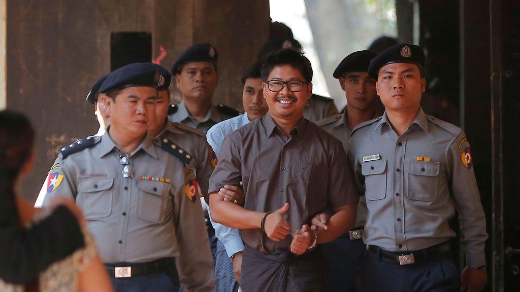 Los periodistas Wa Lone y Kyaw Soe Oo llegan a una vista judicial en Yangon, Myanmar