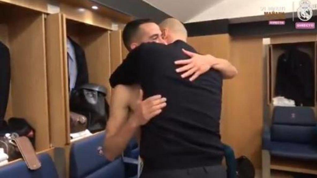 El emotivo abrazo entre Lucas Vázquez y Zidane en el vestuario tras el pase del Madrid ante el PSG