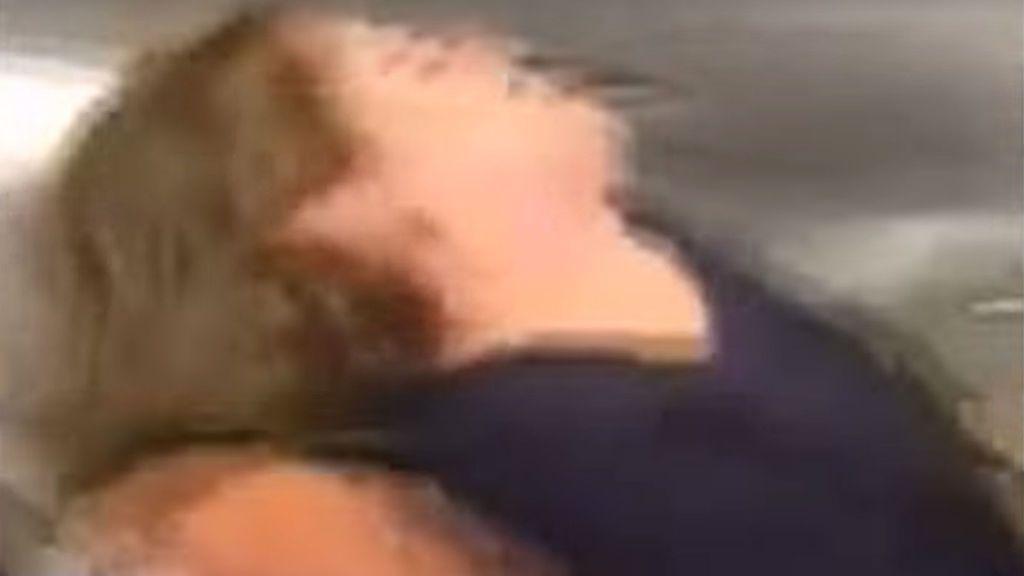 """Una mujer siembra el pánico al tratar de abrir la puerta de emergencias de un avión al grito de """"Soy Dios"""""""