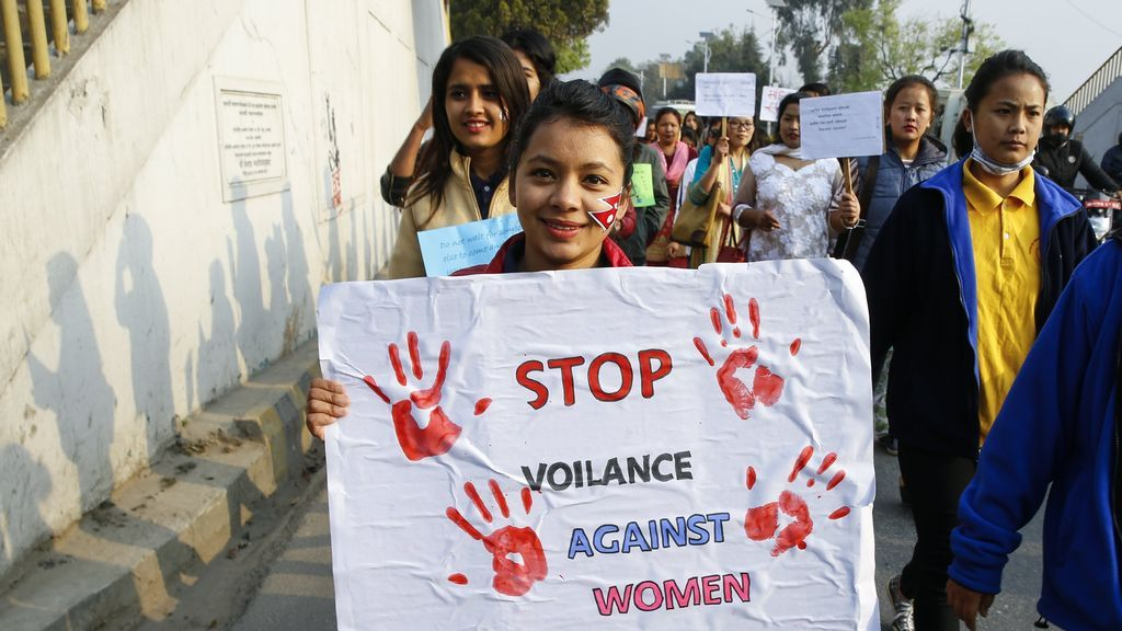 Mujeres nepalesas sostienen pancartas y globos durante una manifestación para conmemorar el Día Internacional de la Mujer en Katmandú
