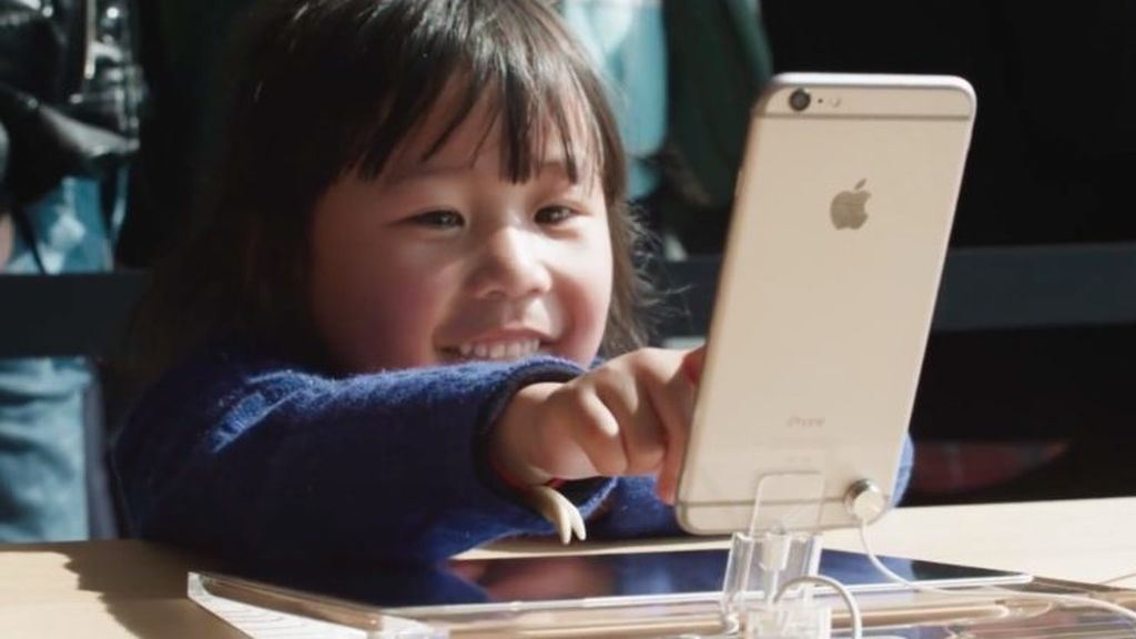 Apple-Store-West-Lake-China-iPhone-kid-001-745x416