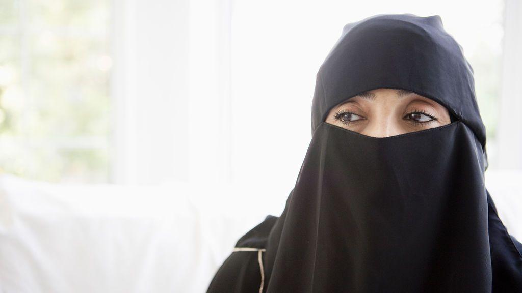 Condenada a dos años de prisión una mujer por quitarse el pañuelo en Irán