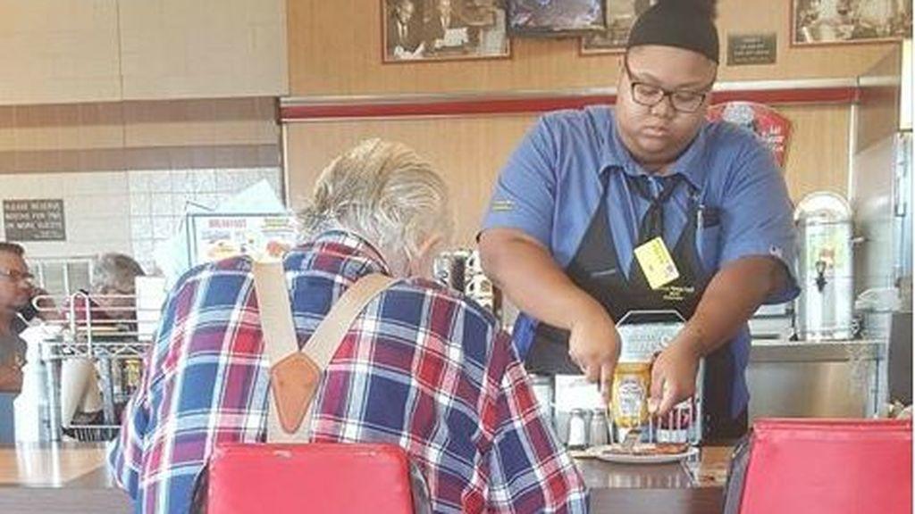 """Una camarera de 18 años, """"ciudadana ejemplar"""" al ayudar a un anciano con su comida"""