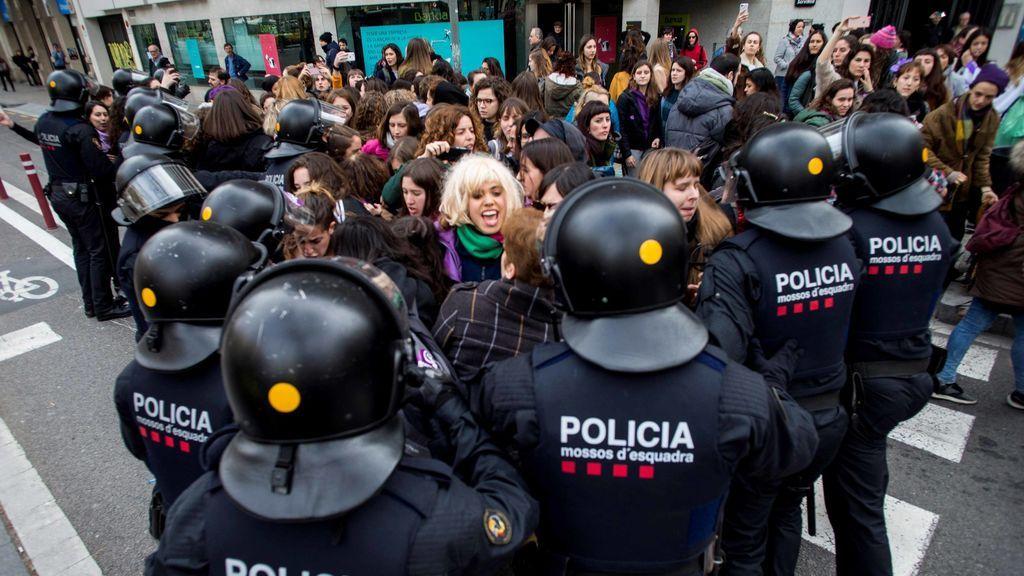 Un grupo de mujeres corta la Gran Via en Barcelona durante la huelga feminista