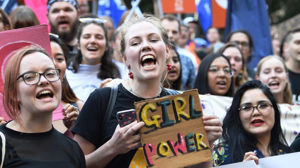 Jóvenes australianas en la manifestación organizada en Melbourne para conmemorar el Día Internacional de la Mujer